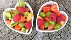 Descubre si es más sano comer frutas enteras o tomar jugos naturales